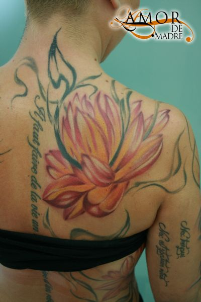 flor-loto-lotus-flower-tattoo-tatuaje-amor-de-madre-zamora-espalda-back-woman
