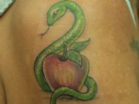 TATUAJE SERPIENTE COLOR Y MANZANA